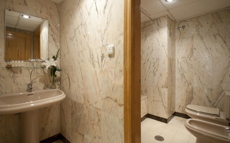 Apartamentos Turísticos Los Girasoles II - Family Room Bath